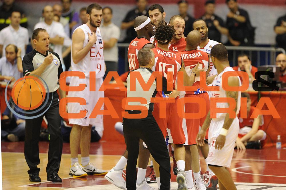 DESCRIZIONE : Milano  Lega A 2011-12 EA7 Emporio Armani Milano Scavolini Siviglia Pesaro play off semifinale gara 2<br /> GIOCATORE : arbitro team<br /> CATEGORIA : fair play<br /> SQUADRA : <br /> EVENTO : Campionato Lega A 2011-2012 Play off semifinale gara 2 <br /> GARA : EA7 Emporio Armani Milano Scavolini Siviglia Pesaro<br /> DATA : 31/05/2012<br /> SPORT : Pallacanestro <br /> AUTORE : Agenzia Ciamillo-Castoria/ GiulioCiamillo<br /> Galleria : Lega Basket A 2011-2012  <br /> Fotonotizia : Milano  Lega A 2011-12 EA7 Emporio Armani Milano Scavolini Siviglia Pesaro play off semifinale gara 2<br /> Predefinita :