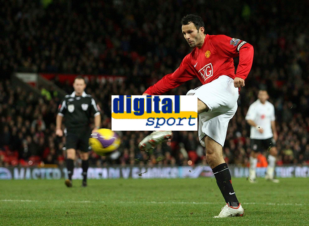 Photo: Paul Thomas/Sportsbeat Images.<br /> Manchester United v Fulham. The FA Barclays Premiership. 03/12/2007.<br /> <br /> Ryan Giggs of Man Utd shoots.