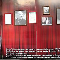 Toluca, México.- El Centro Cultural Casa de las Diligencias de la UEAM alberga una muestra de fotografías del luchador mexicano Rodolfo Guzmán Huerta, mejor conocido como El Santo, quien se convirtiera en una leyenda del cuadrilátero y el cine mexicano.  Agencia MVT / José Hernández