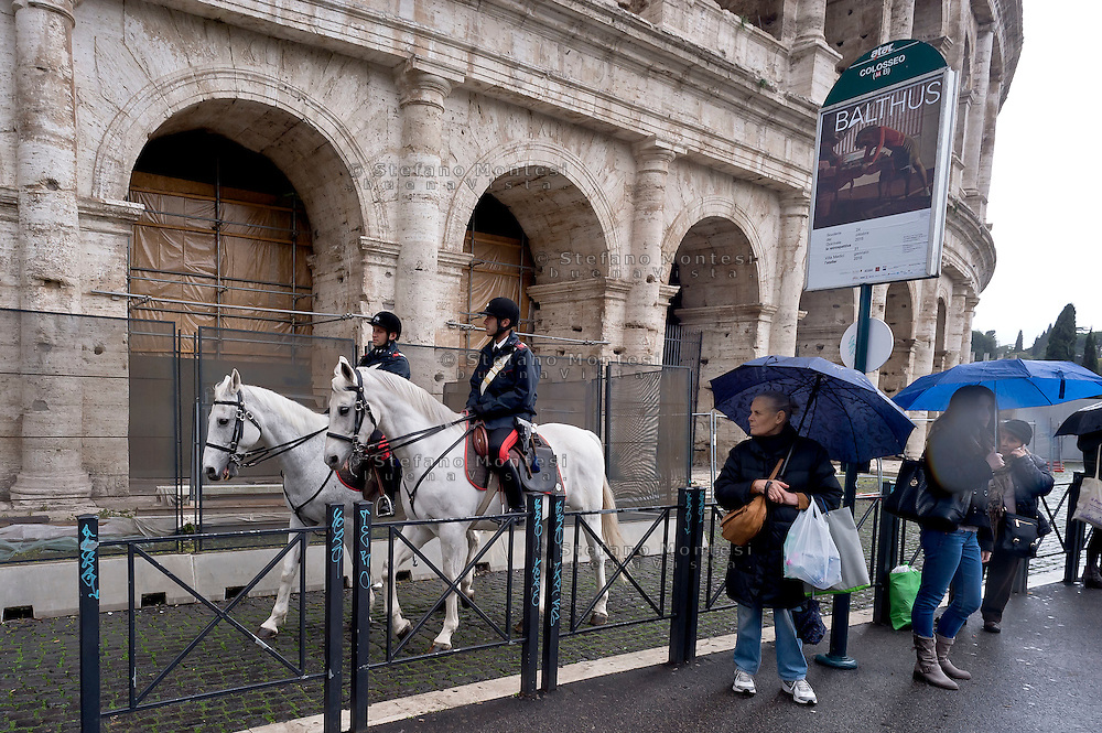 Roma 23 Novembre 2015<br /> Colosseo sorvegliato speciale in vista del Giubileo essendo un luogo di forte impatto turistico. Il piano, ideato dalla questura con la prefettura e forze dell&rsquo;ordine, prevede un potenziamento dei controlli antiterrorismo nella zona intorno al Colosseo. Carabinieri durante i controlli antiterrorismo al Colosseo. Carabinieri a cavallo durante i controlli antiterrorismo al Colosseo.<br /> Rome 23 November 2015<br /> Colosseum special surveillance in view of the Jubilee being a place of great tourist impact. The plan, devised by the police with the prefecture, provides for the reinforcement of anti-terrorism controls in the area around the Colosseum.  Carabinieri  during anti-terrorism controls the Colosseum. Carabinieri on horseback during the anti-terrorism controls the Colosseum.