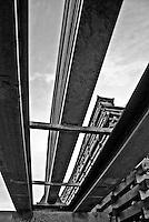 travi di acciaio poste lungo una tratta della linea ferroviaria Sud Est per consentirne la prosecuzione a causa dell'impraticabilità del terrano circostante. Reportage che racconta le situazioni che si incontrano durante il viaggio lungo le linee ferroviarie SUD EST nel Salento.