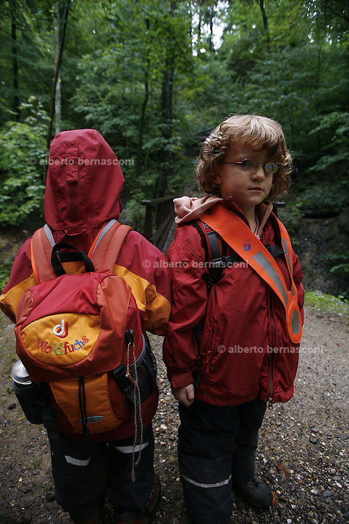 Svizzera, Zurigo,asilo nel bosco. per raggiungere il bosco i babini camminano per circa un paio di chilometri. .... Switzerland, Zurich, every day the children leave the kindergarten and walk for more than one Kilometre, in order to continue the day in the wood..
