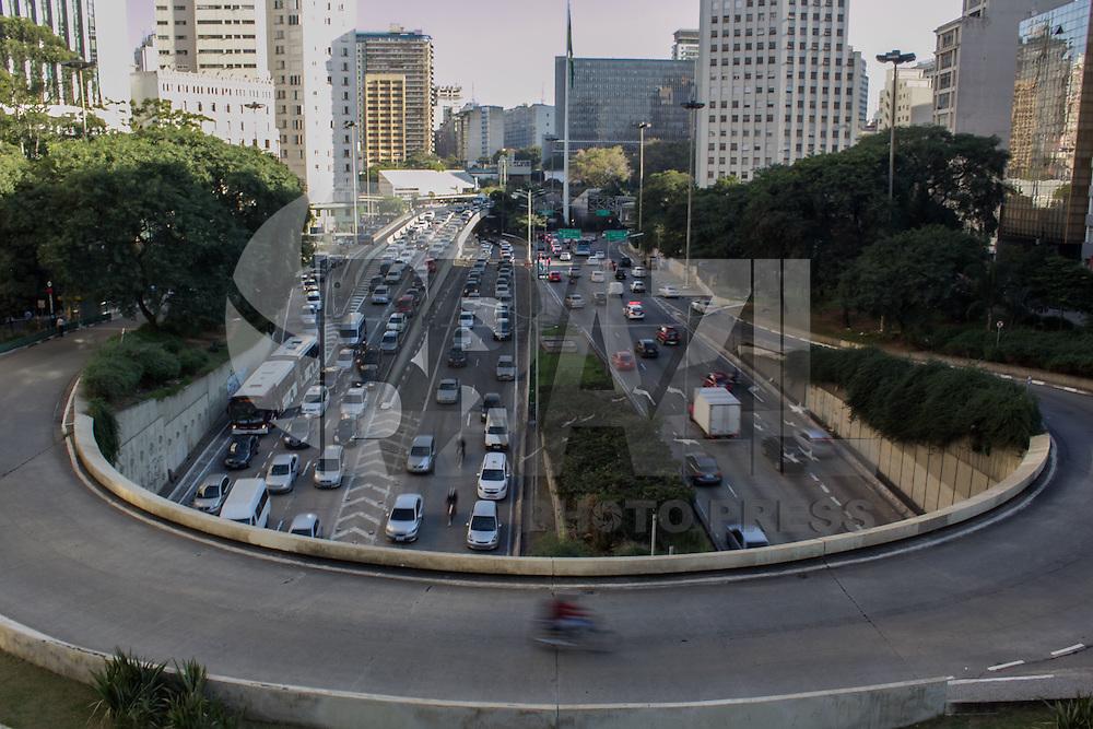 SÃO PAULO, SP, 05.06.2015 - TRÂNSITO-SP - Trânsito intenso no corredor norte-sul, altura do Vale do Anhagabaú nos dois sentidos na tarde desta sexta-feira, 5. (Foto: Renato Mendes/Brazil Photo Press)
