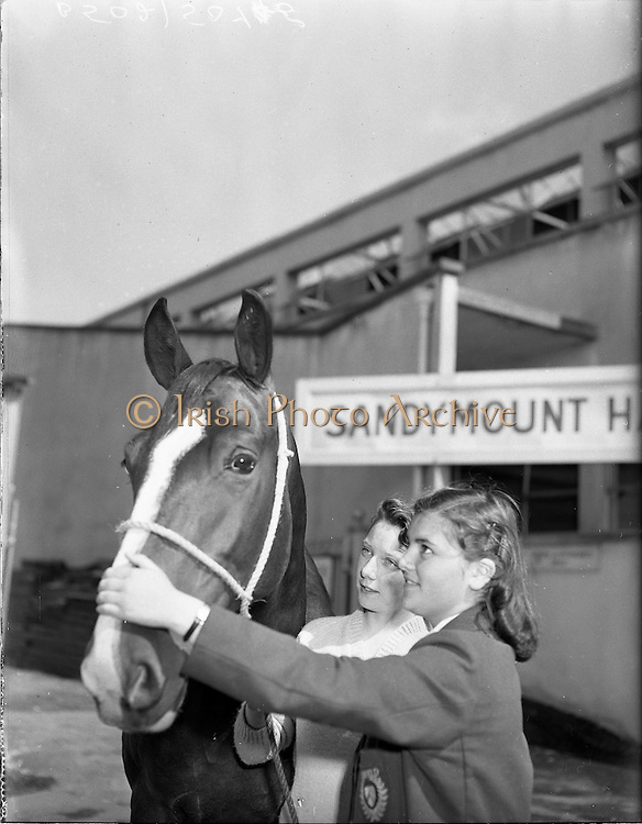 "01/08/1960<br /> 05/08/1960<br /> 01 August 1960<br /> R.D.S Horse Show Dublin (Monday). Roberta Porte (left) and Edwina McAvoy, both of Belfast with ""Sandy Rock"" owned by Edward McLearnon of Lurgen at the Dublin Horse Show."