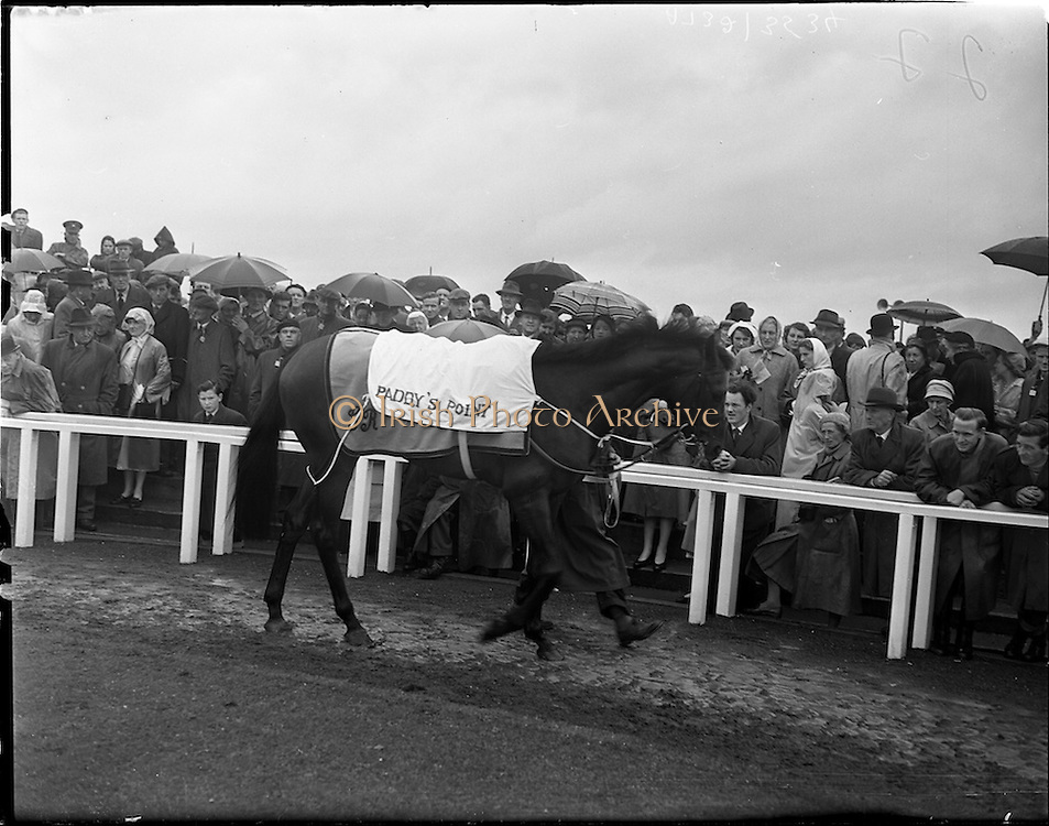 """25/06/1958<br /> 06/25/1958<br /> 25 June 1958<br /> Irish Derby at the Curragh Racecourse, Co. Kildare.  """"Paddy's Point"""" in the ring."""