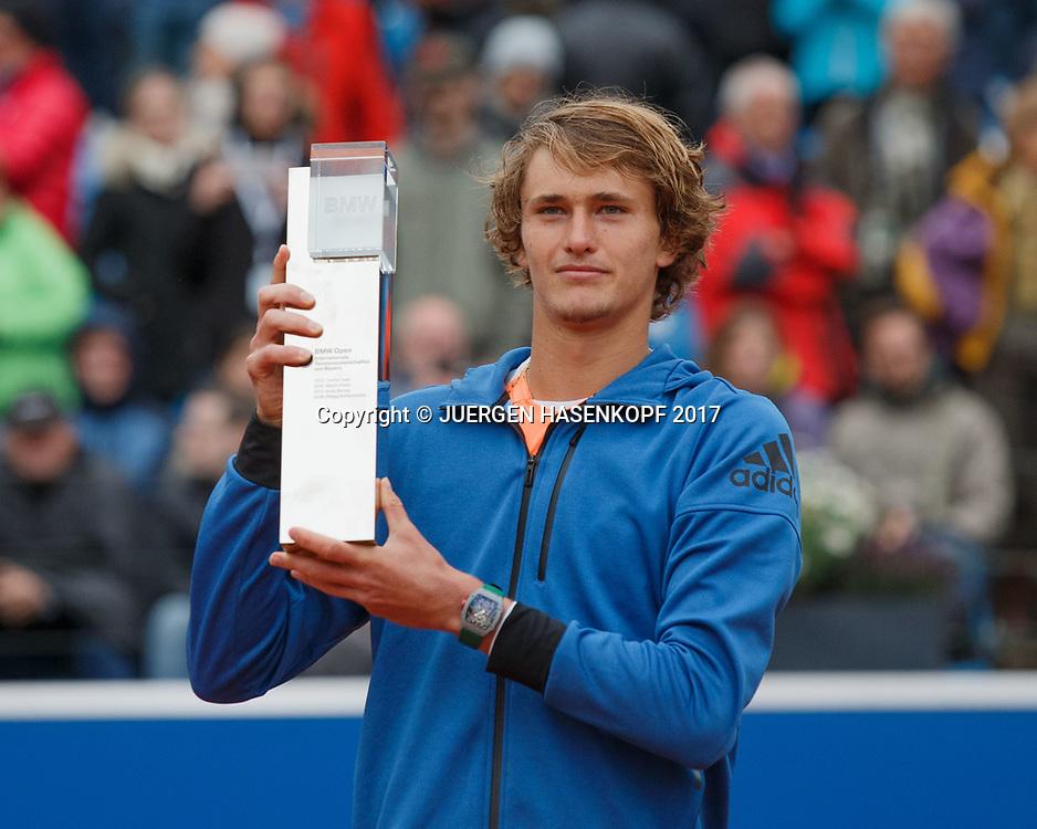 Sieger ALEXANDER ZVEREV (GER) mit dem Pokal, Endspiel, Final, Siegerehrung<br /> <br /> Tennis - BMW Open 2017 -  ATP  -  MTTC Iphitos - Munich -  - Germany  - 7 May 2017.