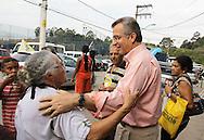 SAO PAULO - 06.10.2012. ANDREA MATARAZZO 45450. O candidato a vereador Andrea Matarazzo, faz caminhada pelo distrito do Parque Anhanguera em Perus, zona norte. São Paulo, Brasil, outubro 06, 2012. DANIEL GUIMARÃES