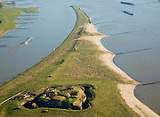 Nederland, Gelderland, Doornenburg (Gemeente Lingewaard), 11-02-2008; het voormalig Fort Pannerden strategisch gelegen op de Pannerdensche Kop, op dit punt splitst de Rijn: links het Pannerdensch Kanaal, rechts de Waal; de landtong heet Klompenwaard.the former Fort Pannerden strategically located on the Pannerden Head, Scheeren, at this point the Rhine diverges: left the Pannerdensch Channel, right the Waal; sperfort, kazemat, leger, verdediging, defensie, barring fort, shelter, military, defense, defens.luchtfoto (toeslag); aerial photo (additional fee required); .foto Siebe Swart / photo Siebe Swart