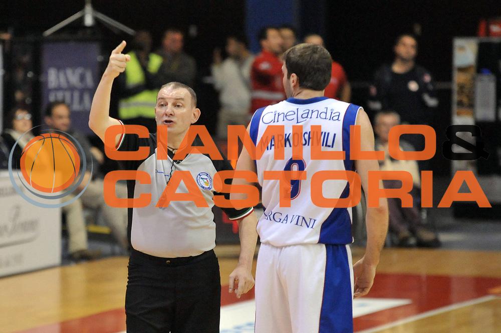 DESCRIZIONE : Biella Lega A 2011-12 Angelico Biella Bennet Cantu<br /> GIOCATORE : Fabio Facchini Arbitro Manuchar Markoishvili<br /> CATEGORIA : <br /> SQUADRA : Bennet Cantu Arbitri<br /> EVENTO : Campionato Lega A 2011-2012<br /> GARA : Angelico Biella Bennet Cantu<br /> DATA : 29/04/2012<br /> SPORT : Pallacanestro<br /> AUTORE : Agenzia Ciamillo-Castoria/S.Ceretti<br /> Galleria : Lega Basket A 2011-2012<br /> Fotonotizia : Biella Lega A 2011-12 Angelico Biella Bennet Cantu<br /> Predefinita :