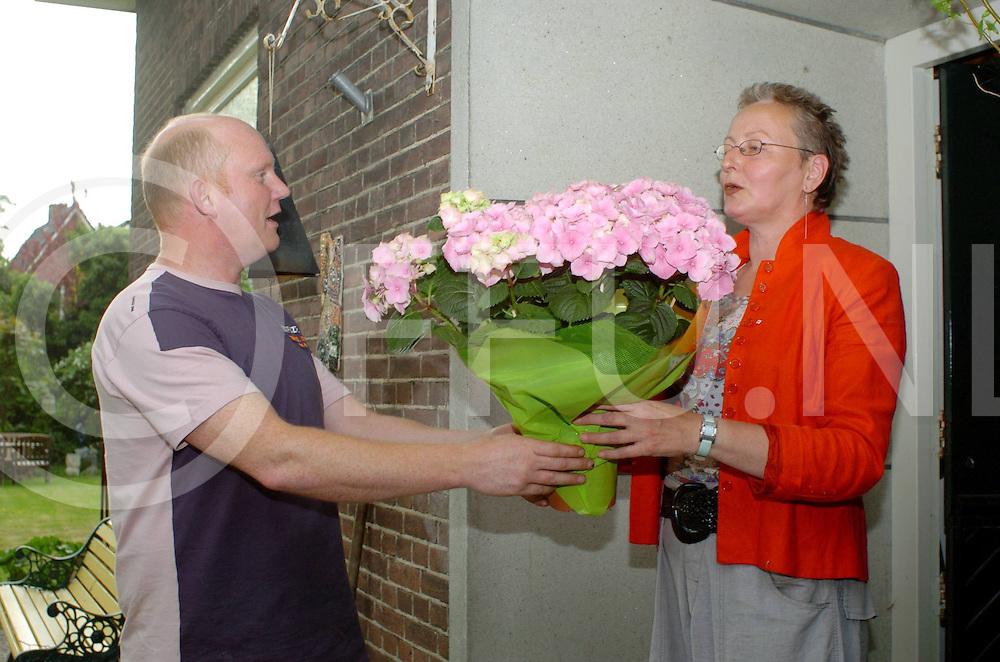 060513, dalfsen, ned,<br /> Moederdagactie in Dalfsen waar mevr Postma een bloemetje krijgt overhandigt van Gert Hulleman namens Ondernemend Dalfsen,<br /> fotografie frank uijlenbroek&copy;2006 michiel van de velde