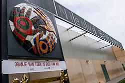 12-05-2017 NED: Onthulling Bankrasmonument bij de Nieuwe Bankrashal, Amstelveen<br /> Voor de interland Nederland - Tsjechië werd bij de Nieuwe Bankrashal het Bankrasmonument onthuld, in bijzijn van veel oud-internationals en oud-bondscoaches. De mannen van Oranje speelden tegen Tsjechje in speciale retroshirts, waarmee werd gerefereerd naar de bijzondere periode van het Bankrasmodel.