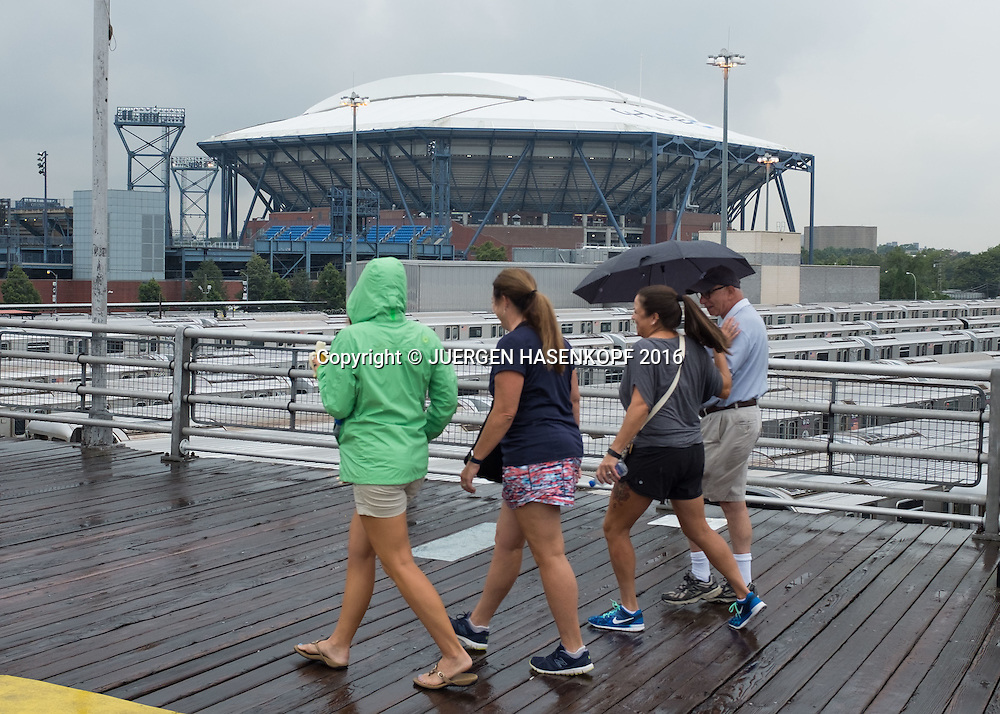 US Open  2016 Feature, Tennis Fans auf dem Weg zum Stadion im Regen,<br /> <br /> Tennis - US Open 2016 - Grand Slam ITF / ATP / WTA -  USTA Billie Jean King National Tennis Center - New York - New York - USA  - 1 September 2016.