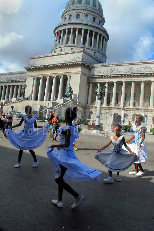 Alberto Carrera, Girls dancing at Capitol Square, The Capitoll Square, Havana, Cuba, America<br />
