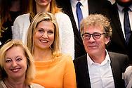 7-12-2016 ROTTERDAM - Queen Maxima visits the Thomas More Hogeschool in Rotterdam Optreden van een gemengd koor met Pabo- en Conservatoriumstudenten (opgericht door Thomas More Hogeschool) Rondetafelgesprek met directeuren van drie pabo&rsquo;s over de voortgang van het vak muziek binnen de pabo opleidingen. muziek in de klas Koningin M&aacute;xima heeft vandaag, woensdag 7 december, samen met minister Bussemaker van Onderwijs, Cultuur en Wetenschap (OCW) een werkbezoek gebracht aan de pabo van de Thomas More Hogeschool in Rotterdam. Daar spraken zij over de ontwikkelingen van muziekonderwijs binnen de pabo-opleidingen. Koningin M&aacute;xima is erevoorzitter van het Platform Ambassadeurs M&eacute;&eacute;r Muziek in de Klas.<br /> <br /> M&eacute;&eacute;r Muziek in de Klas werkt mee aan het realiseren van structureel muziekonderwijs in het basisonderwijs. Koningin M&aacute;xima, minister Bussemaker en enkele muziekambassadeurs spraken met de directeuren van bijna alle 25 pabo-opleidingen en muziekdocenten over diverse visies op de vormgeving en implementatie van muziekonderwijs. Zo richt Hogeschool de Kempel in Helmond zich op het cre&euml;ren van een leerklimaat waar muziek deel uitmaakt van het dagelijks leven op de pabo. De Saxion Hogeschool heeft vanaf het eerste studiejaar een &lsquo;leerlijn&rsquo; muziek. De pabo van de Thomas More Hogeschool werkt samen met Codarts, de Hogeschool voor Kunsten in Rotterdam. Aankomende leerkrachten met muzikale talenten kunnen tijdens hun pabo-opleiding een speciaal lesprogramma van Codarts volgen om zich ook ontwikkelen tot vakspecialist muziek. COPYRIGHT ROBIN UTRECHT