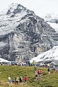 Läufer am 21. JUngfrau-Marathon. Im Hintergrund der Mönch