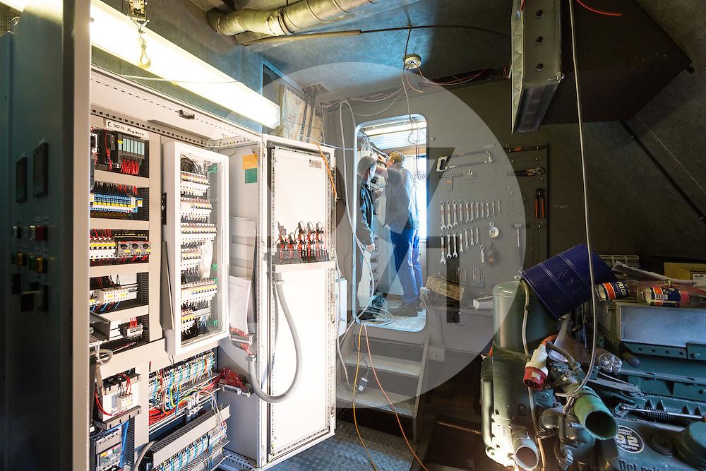 SCHWEIZ - MEISTERSCHWANDEN - Das Flaggschiff MS Brestenberg wurde über den Winter aus dem Wasser genommen und Renoviert. Hier Elektroarbeiten im Maschinenraum - 10. März 2015 © Raphael Hünerfauth - http://huenerfauth.ch