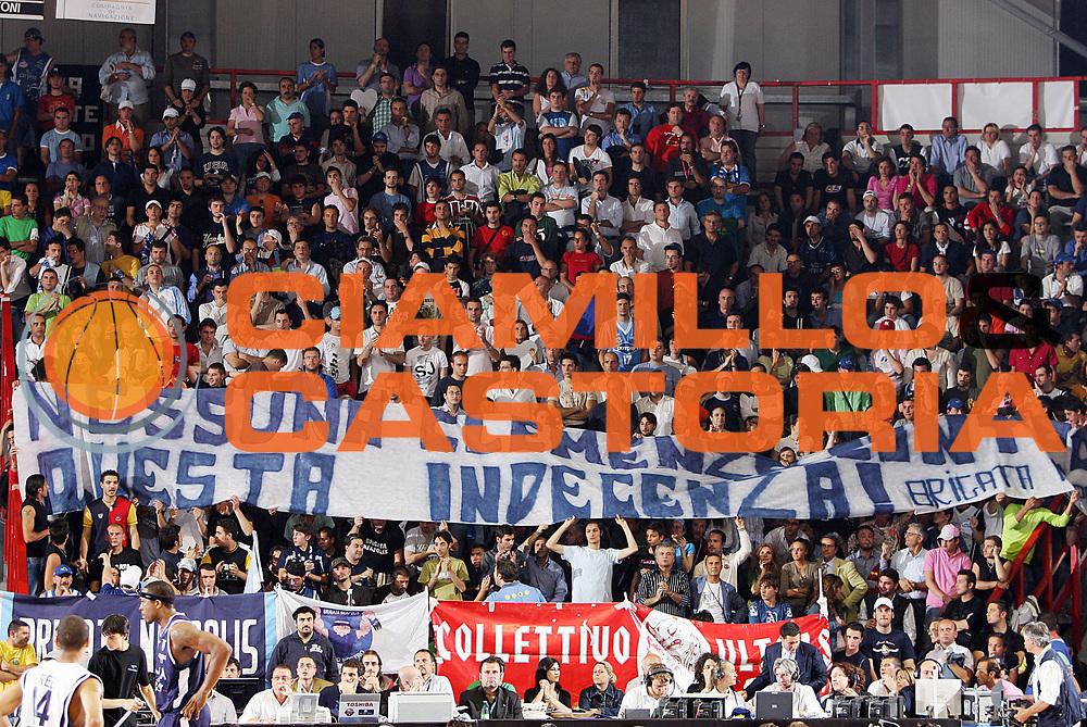 DESCRIZIONE : Napoli Lega A1 2005-06 Play Off Semifinale Gara 4 Carpisa Napoli Climamio Fortitudo Bologna <br /> GIOCATORE : Tifosi<br /> SQUADRA : Carpisa Napoli <br /> EVENTO : Campionato Lega A1 2005-2006 Play Off Semifinale Gara 4 <br /> GARA : Carpisa Napoli Climamio Fortitudo Bologna <br /> DATA : 09/06/2006 <br /> CATEGORIA : Tifosi<br /> SPORT : Pallacanestro <br /> AUTORE : Agenzia Ciamillo-Castoria/S.Silvestri