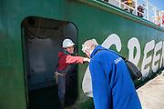 De bemanning van de Arctic Sunrise wordt welkom geheten in Beverwijk. In IJmuiden is de Arctic Sunrise, het schip van milieuorganisatie Greenpeace dat een jaar door Rusland in beslag is genomen, aangekomen. De voormalige ijsbreker wordt in Amsterdam uit het water gehaald en opgeknapt omdat het gehavend is geraakt toen het aan de ankers lag. De boot van de milieuorganisatie is september 2013 door de Russen ge&euml;nterd en de bemanningsleden vastgezet op verdenking van piraterij. Greenpeace voerde actie bij een boorplatform in de Barentszzee. Als het schip weer is gerepareerd, wil de milieubeweging weer campagnes houden met de Artic Sunrise.<br /> <br /> In IJmuiden, the Arctic Sunrise, the Greenpeace ship that a year ago is seized by Russia, arrived. The former ice breaker is removed from the water in Amsterdam and refurbished since it was damaged when it was up to the anchors. The boat of the environmental organization is boarded in September 2013 by the Russians and the crew put down on suspicion of piracy. Greenpeace campaigned on a drilling platform in the Barents Sea. If the ship is repaired, the environmental movement wants to use the Arctic Sunrise again for campaigning.