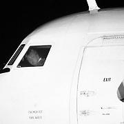 Prins Willem Alexander als piloot brengt gewonde Joegoslaven terug op vliegbasis Soesterberg met een UN Fokker