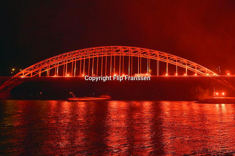 Nederland, Nijmegen, 13-11-2015Vanwege het 115 jarig bestaan van NEC steken zo'n 300 supporters fakkels af op de Waalkade en Waalbrug. De Waal in vlammen.Foto: Flip Franssen