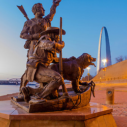 Lewis and Clark sculpture (by harry Weber) and the Gateway Arch in St. Louis, Missouri. Jefferson National Expansion Memorial.