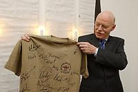 18 DEC 2002, BERLIN/GERMANY:<br /> Peter Struck, SPD, Bundesverteidigungsminister, mit einem T-Shirt, dass er anlaesslich seines Besuches bei in Kuweit stationierten Bundeswehrsoldaten der ABC Abwehr geschenkt bekommen hat, Bundesverteidigunsgministerium<br /> IMAGE: 20021218-01-001