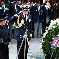 Nederland.Amsterdam.4 mei 2004..Koningin Beatrix en Willem Alexander na kranslegging tijdens Dodenherdenking op de Dam.