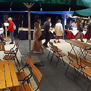 Huizerdag 2002, eetmanifestatie, lege stoelen, slecht bezocht