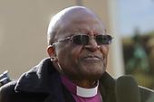 Desmond Tutu onthuld standbeeld van Nelson Mandela