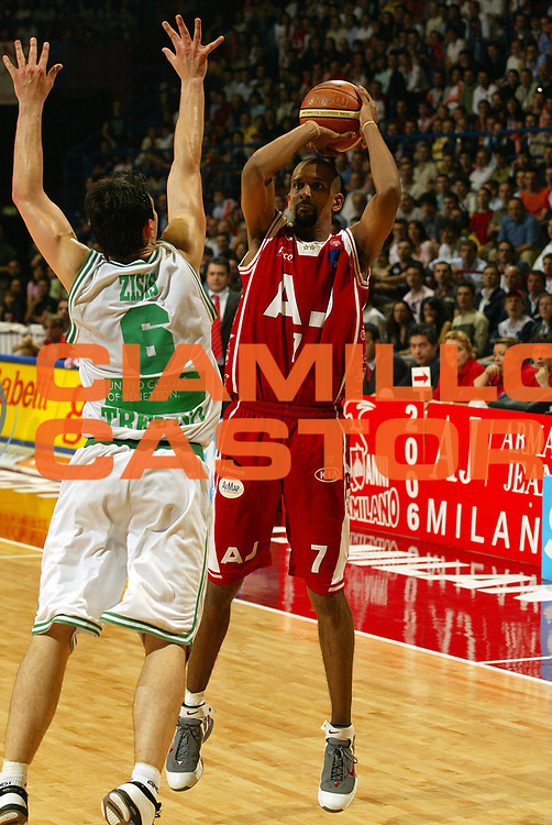 DESCRIZIONE : Milano Lega A1 2005-06 Play Off Quarti Finale Gara 4 Armani Jeans Olimpia Milano Benetton Treviso <br /> GIOCATORE : Shumpert<br /> SQUADRA : Armani Jeans Olimpia Milano <br /> EVENTO : Campionato Lega A1 2005-2006 Play Off Quarti Finale Gara 4 <br /> GARA : Armani Jeans Olimpia Milano Benetton Treviso <br /> DATA : 25/05/2006 <br /> CATEGORIA : Tiro<br /> SPORT : Pallacanestro <br /> AUTORE : Agenzia Ciamillo-Castoria/E.Pozzo<br /> Galleria : Lega Basket A1 2005-2006 <br /> Fotonotizia : Milano Campionato Italiano Lega A1 2005-2006 Play Off Quarti Finale Gara 4 Armani Jeans Olimpia Milano Benetton Treviso <br /> Predefinita :
