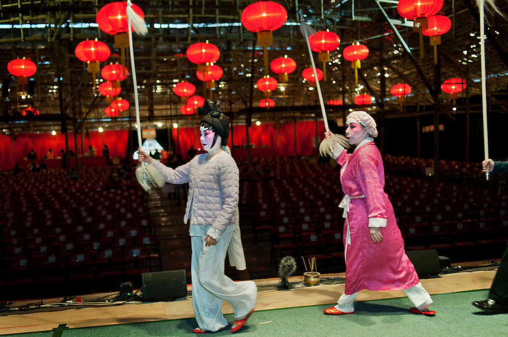 """Rehearsal at the West Kowloon Bamboo theatre before the Opera """"The Two Heroic Families""""."""