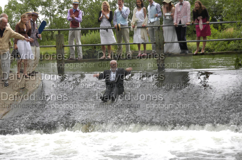 David Kirke in the water in front of the Oxford and Cambridge teams. The Dangerous Sports Club host the innauguaral Oxford V  Cambridge Punt Race. University Parks. Oxford. 25 June 2005. 25 June 2005. ONE TIME USE ONLY - DO NOT ARCHIVE  © Copyright Photograph by Dafydd Jones 66 Stockwell Park Rd. London SW9 0DA Tel 020 7733 0108 www.dafjones.com
