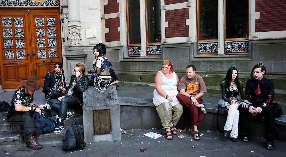 In Utrecht komen goths uit heel Europa bij elkaar voor het jaarlijkse festival Summer Darkness. Tijdens het driedaags festijn zijn er onder andere optredens van bands, een markt en een modeshow. Het is ook een kwestie van zien en gezien worden.<br /> <br /> During the festival goths from all over Europe are coming to Utrecht to meet and enjoy music, a market, a fashion show and more.
