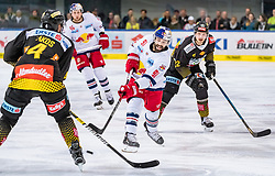 09.04.2019, Eisarena, Salzburg, AUT, EBEL, EC Red Bull Salzburg vs Vienna Capitals, Halbfinale, 6. Spiel, im Bild v.l.: Philippe Lakos (Vienna Capitals), Dominique Heinrich (EC Red Bull Salzburg), Julian Grosslercher (Vienna Capitals) // during the Erste Bank Icehockey 6th semifinal match between EC Red Bull Salzburg vs Vienna Capitals at the Eisarena in Salzburg, Austria on 2019/04/09. EXPA Pictures © 2019, PhotoCredit: EXPA/ JFK