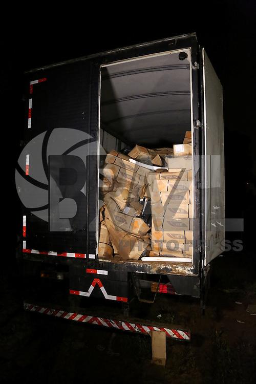 SAO PAULO, SP, 18.03.2015 - DEIC LOCALIZA 14 TONELADAS DE DINAMITE / ITAQUAQUECETUBA - O DEIC (Departamento Estadual de Investigações Criminais) localizou na noite desta terça-feita (17) 14 tonelas de dinamite que havia  sido roubada na última sexta-feira na via Dutra. Os explosivos estavam dentro de um outro caminhão estacionado em uma chácara em Itaquaquecetuba, São Paulo. O caminhão atolou na lama e os policiais estão esperando o guincho chegar no local para auxiliar na remoção. (Foto: Fernando Neves/ Brazil Photo Press).