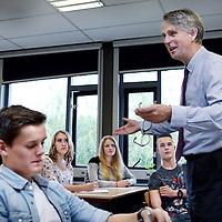 Nederland, Amsterdam , 6 oktober 2014.<br /> De Nederlandse topman van de Shell dick Benschop  bezoekt Damstede college en geeft een uur les aan  Beta leerlingen van het VWO.<br /> <br /> Foto:Jean-Pierre Jans