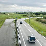 Nederland Delft 17-09-2010 20100917     A4 Delft - Schiedam wordt definitief verlengd,  er  is begin deze maand officieel besloten tot de aanleg van het stuk snelweg waarover zo'n vijftig jaar is gesproken. Rijkswaterstaat en het ministerie van VWS hebben dat laten weten.Over de nieuwe verkeersader wordt al decennialang gesteggeld, vooral omdat de weg het natuurgebied Midden-Delfland doorboort...De zeven kilometer asfalt tussen Delft en Schiedam doorkruist straks verdiept of via een tunnel het natuurgebied tussen de twee steden. Het belangrijkste pluspunt is dat de A13 wordt ontlast. Op rijksweg A13 staat dagelijks de voor de economie schadelijkste file van Nederland. Met het project A4 Delft-Schiedam willen lokale en regionale overheden en het Rijk de problemen rond bereikbaarheid en leefbaarheid op en rond de A13 en de A4 Delft-Schiedam oplossen, ook de bereikbaarheid van de Maasvlakte wordt zo verbeterd. Randstad.  ontlasting wegennet. Midden Delftland. , ruimte, ruimtelijk, ruimtelijke omgeving, ruimtelijke ordening, ruimtelijke planning, ruimtelijke visie, ruraal, rurale omgeving, rustiek, rustieke, rustieke omgeving, rustig, rustige, schadelijk, schadelijk voor milieu, schaden, snelweg, snelwegen, spoor, terrein, toekomst, toekomstige plannen, toekomstplannen, tracé, traject, transport, uitgestrektheid, uitlaatgassen, verbinding, verbindingen, vergezicht, vergezichten, verkeer en vervoer, verkeer en waterstaat, verkeersader, verkeersaders, verkeersdruk, verkeersnet, vernieuwing, vervoer, vewezenlijken, weg, wegen, wegenbouw, wegennet, wegnet, wegverbinding, wei, weide, wijds, wijdsheid