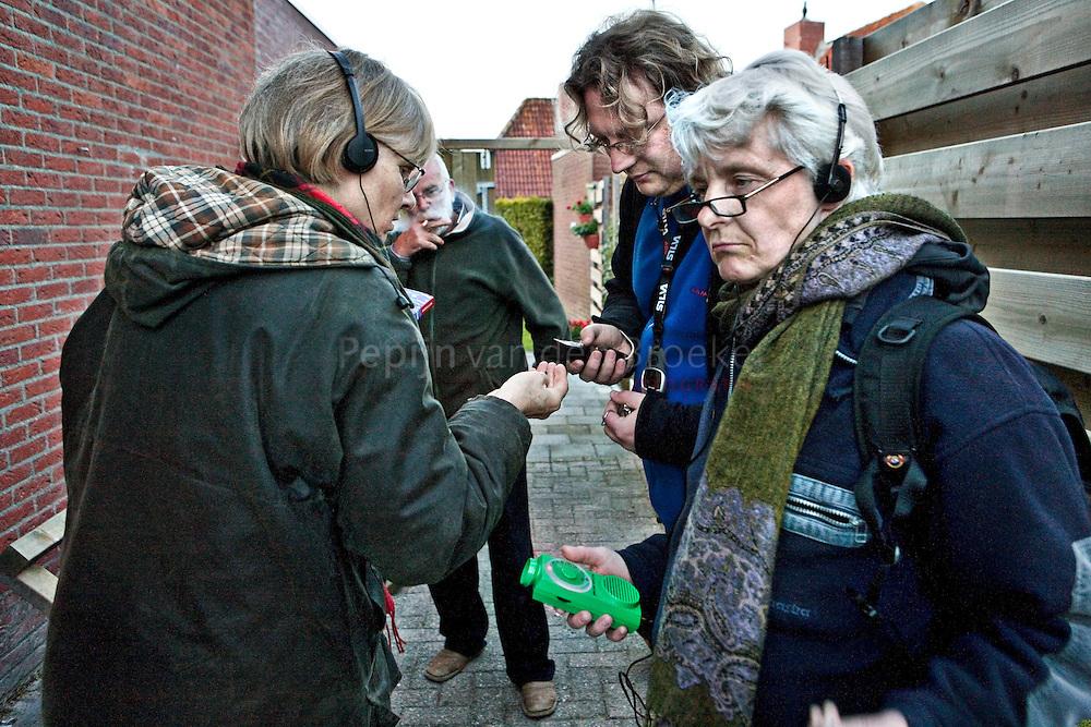 thesinge 20100521. Vleermuizenwerkgroep aan het werk. vlnr: Klarissa Nienhuys die een keutel onderzoekt, dhr Mollema (bewoner) , Koen Breed en Betty Goedewaagen. foto: pepijn van den Broeke.