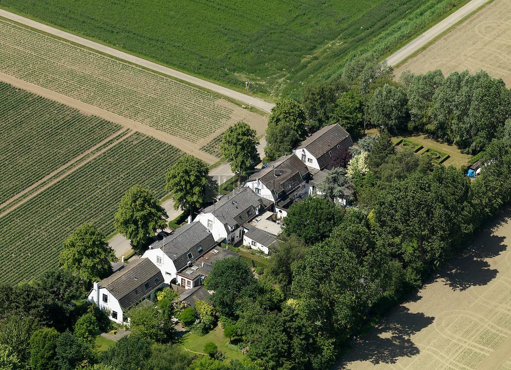 20110602 0013  Arbeiderswoningen aan de Zuidhof weg in de Bath Polders bij Rilland-Bath