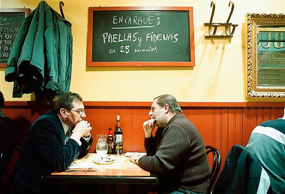 Spanje, Barcelona, 10-1-2004..Twee collegas pauzeren en eten een maaltijd in een restaurantje. Eetgewoonte, horeca, productiviteit, economie. gesprek, communicatie..Foto: Flip Franssen