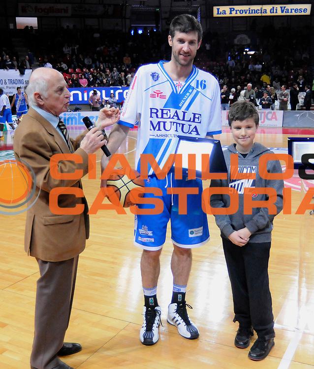 DESCRIZIONE : Varese Campionato Lega A 2013-14 Cimberio Varese Banco di Sardegna Sassari<br /> GIOCATORE : Drake Diener<br /> CATEGORIA : Premiazione<br /> SQUADRA : Banco di Sardegna Sassari<br /> EVENTO : Campionato Lega A 2013-14<br /> GARA : Cimberio Varese Banco di Sardegna Sassari<br /> DATA : 23/02/2014<br /> SPORT : Pallacanestro <br /> AUTORE : Agenzia Ciamillo-Castoria/A.Giberti<br /> Galleria : Campionato Lega A 2013-14  <br /> Fotonotizia : Varese Campionato Lega A 2013-14 Cimberio Varese Banco di Sardegna Sassari<br /> Predefinita :