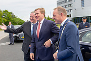 Koning bij viering 100-jarig bestaan Gezondheidsdienst voor Dieren in Deventer.<br /> <br /> Op de foto: Commissaris van de Koning Andries Heidema, Koning Willem-Alexander en burgemeester Ron Köning