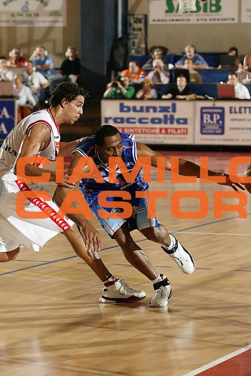 DESCRIZIONE : Biella Lega A1 2005-06 Angelico Biella Vertical Vision Cantu <br /> GIOCATORE : Collins<br /> SQUADRA : Vertical Vision Cantu<br /> EVENTO : Campionato Lega A1 2005-2006 <br /> GARA : Angelico Biella Vertical Vision Cantu <br /> DATA : 14/05/2006 <br /> CATEGORIA : Palleggio<br /> SPORT : Pallacanestro <br /> AUTORE : Agenzia Ciamillo-Castoria/G.Cottini