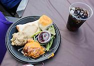 11月25日, 丰富的免费节日大餐。当天,在美国洛杉矶感恩节前夕,慈善社团为数千贫民区(Skid Row)居民和无家可归者提供免费节日大餐。(新华社发 赵汉荣摄)<br /> The Thanksgiving meal is placed on the a table Wednesday November 25, 2015, in Los Angeles. Thousands of Skid Row residents and homeless people from downtown and beyond were served Thanksgiving dinners during the Los Angeles Mission's annual holiday feast.  (Xinhua/Zhao Hanrong)(Photo by Ringo Chiu/PHOTOFORMULA.com)<br /> <br /> Usage Notes: This content is intended for editorial use only. For other uses, additional clearances may be required.