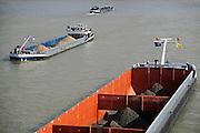 Nederland, Nijmegen, 13-10-2009Binnenvaartschepen met kolen en grint varen over de rivier de Waal langs de stad Nijmegen. Foto: Flip Franssen/Hollandse Hoogte