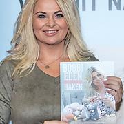 NLD/Utrecht/20171101 - Presentatie Boek van Bobbi Eden - Iedereen kan Haken, Bobbi Eden krijgt het eerste boek overhandigt