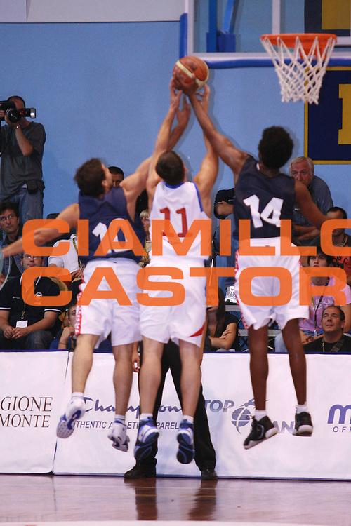 DESCRIZIONE : Moncalieri Precampionato Lega A1 2006-07 Trofeo Citta di Moncalieri Cska Mosca Angelico Biella<br />GIOCATORE : Porta Daniels Pashurin<br />SQUADRA : Angelico Biella Cska Mosca<br />EVENTO : Precampionato Lega A1 2006-2007 Trofeo Citta di Moncalieri <br />GARA : Cska Mosca Angelico Biella <br />DATA : 15/09/2006 <br />CATEGORIA : Stoppata<br />SPORT : Pallacanestro <br />AUTORE : Agenzia Ciamillo-Castoria/S.Ceretti