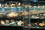 Freiberg, Mineralienausstellung terra mineralia, Mineralien in Vitrinen, Sachsen, Deutschland.|.Freiberg, terra mineralia, Saxony, Germany.