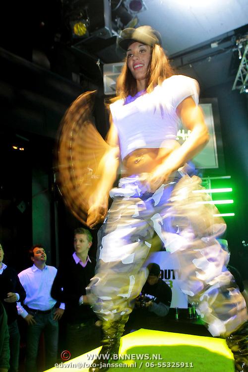 NLD/Amsterdam/20111107- Lancering Call of Duty MW3, danseres op een blok
