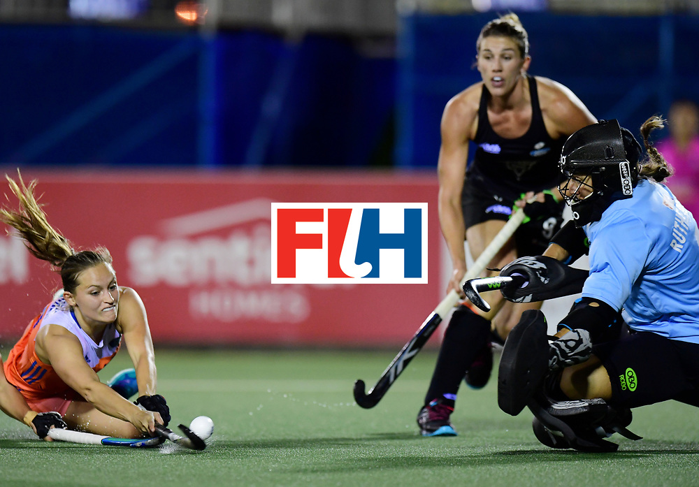 AUCKLAND - Sentinel Hockey World League final women<br /> Match id:10322<br /> 22 NED v NZL (Final)<br /> Foto: Kelly Jonker and Sally Rutherford (Gk) <br /> WORLDSPORTPICS COPYRIGHT FRANK UIJLENBROEK